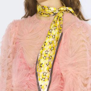 comment porter un foulard de soie noué